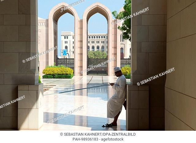 A man waiting inside the Sultan Qaboos Grand Mosque in Muscat, Oman, on 01.10.2017. | usage worldwide. - Maskat/Maskat/Oman