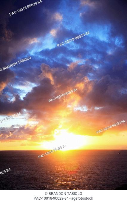 Hawaii, Oahu, Beautiful sunset over the ocean