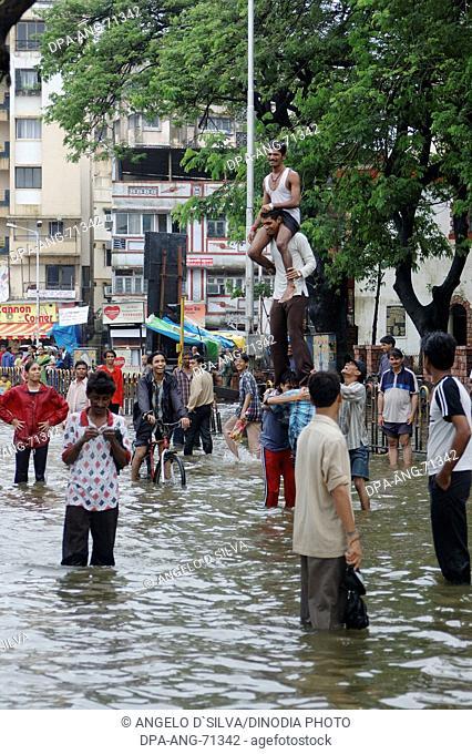 Flood due to heavy rain , Showing crowd enjoying in rain water , Monsoon, world record rain on road from Jambhali Naka to Thane Station