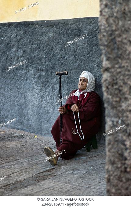 Old woman in the narrow streets of th Medina, Casablanca, Morocco, North Africa