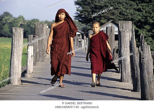 Burma (Myanmar), Mandalay, young monks on U-Bein bridge