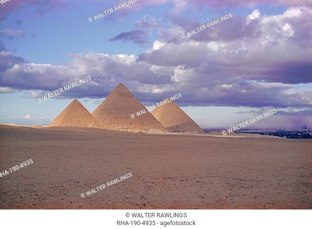 Pyramid of Menkewre left, pyramid of Chephren centre, pyramid of Cheops right, Giza, Egypt, North Africa, Africa