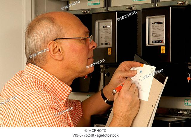 Mann liest den Stromzaehler ab, 2006 - Hamburg, Germany, 06/02/2006