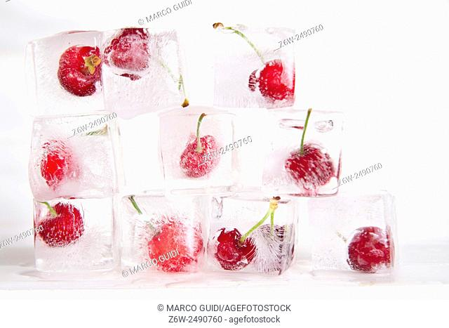 Presentations with ice cubes in cocktail cherries for summer