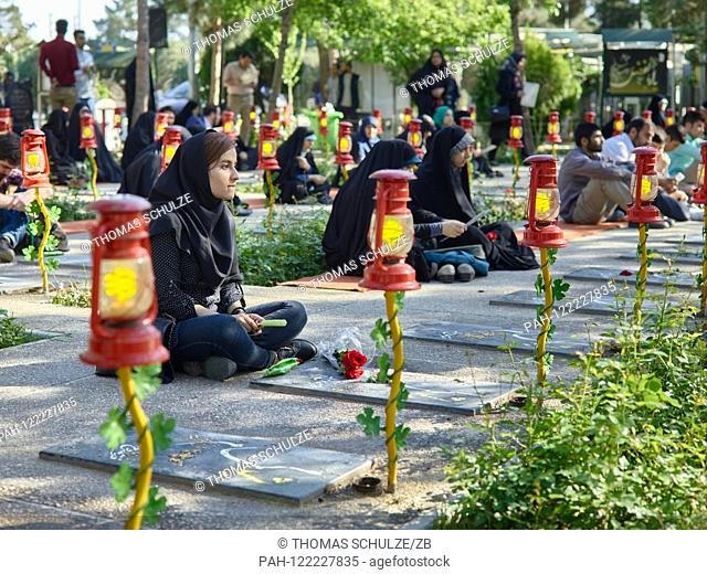 20.04.2017, Iran, Tehran: Mourners at the cemetery Behehst-e Zahra (? Paradise of Zahra?) Near the Khomeini Mausoleum in the south of the Iranian capital Tehran