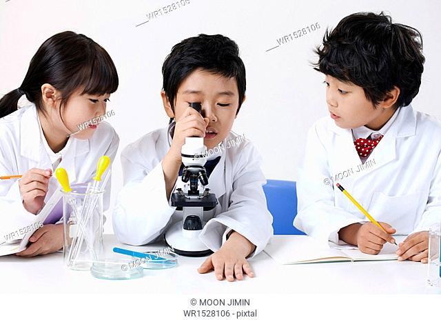kids doing chemistry