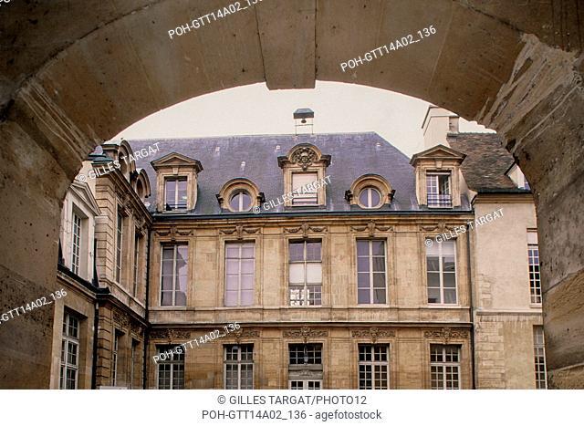 Paris, 47 quai des Tournelles, Hotel Miramion, former Musee de la Medecine, now private property, facade over a courtyard, Photo Gilles Targat
