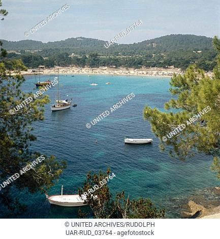 Aussicht auf eine Bucht der kleinen balearischen Insel Formentera, Ibiza 1976. View on one of the bays of the small Balearic Island of Formentera; Ibiza 1976