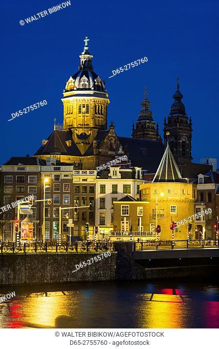 Netherlands, Amsterdam, St-Nicholaskerk church and city skyline, dawn