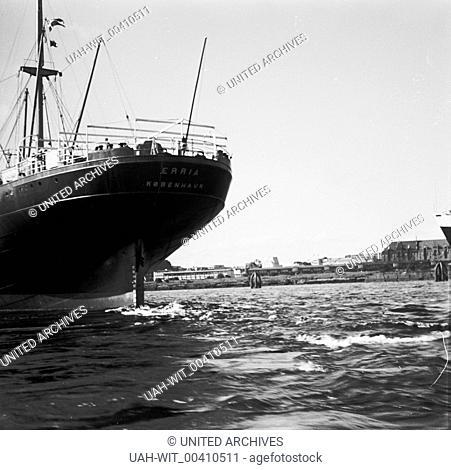 """Das Heck des Frachtschiffs """"""""Eeria"""""""" aus Dänemark im Hafen Hamburg., Sammlung Wittmann"""