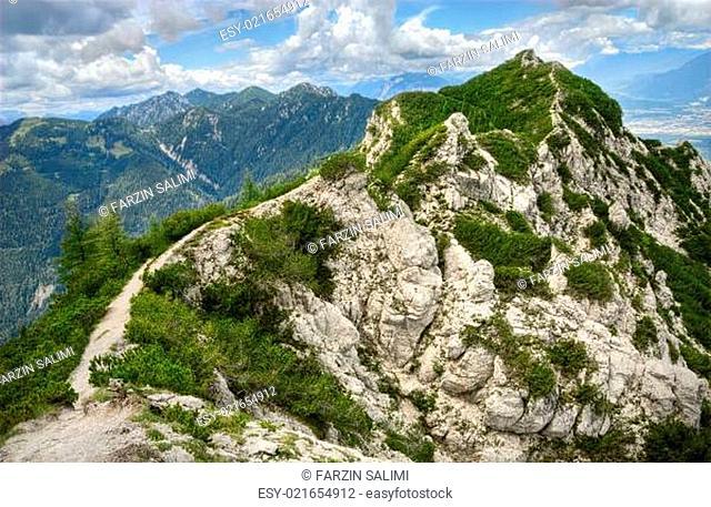 Wanderweg und Berglandschaft