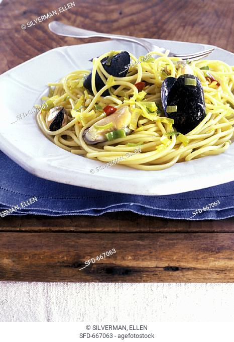 Spaghetti with mussels and spring onions