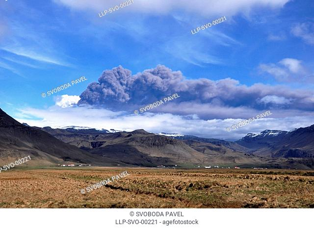EYJAFJALLAJOKULL eruption, ash cloud, picture taken from the ring road, south Iceland