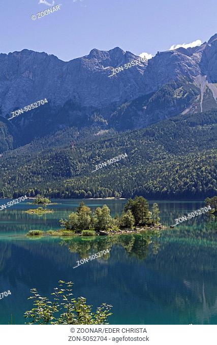 Der Eibsee ist ein Bergsee in der Nähe von Garmisch, der zu Füßen der Zugspitze liegt
