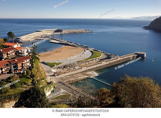 Spain, Guipuzcoa, Mutriku, Seascape with piers at Playa de Mutriku in Basque Country