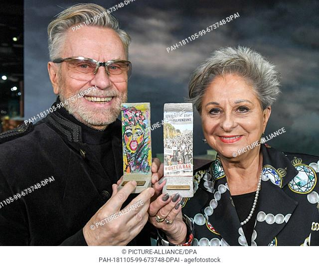 05 November 2018, Berlin: Beauty expert Rene Koch and singer Dagmar Frederic show self-designed wall elements on a scale of 1:21 at a press event in Little Big...