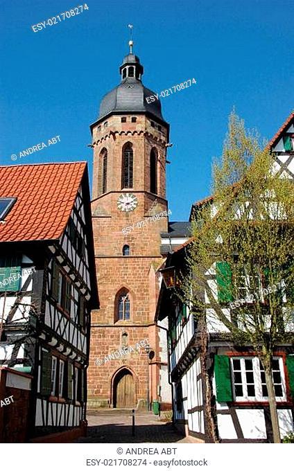 Turm Sankt-Georgs-Kirche in Kandel/Pfalz, gesehen von der Turmgasse aus