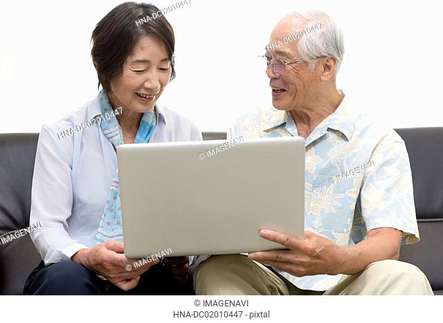 Senior couple seeing a laptop