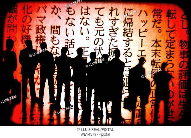 digital composition de varias siluetas de personas irreconocibles, mirando un texto en chino. digital composition of several silhouettes of unrecognizable...