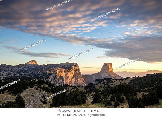 France, Isere, regional park of Vercors, Trieves, Mont Aiguille (2086m) seen by pass of Aiguille (1622m), to the left the Rochers du Parquet and the top of the...