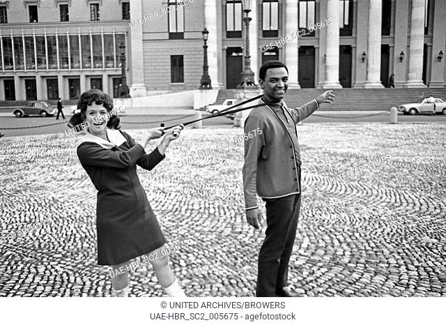Die Schauspielerin und Sängerin Lotti Krekel mit Sänger Gene Williams in München, Deutschland 1960er Jahre. Singer and actress Lotti Krekel with singer Gene...