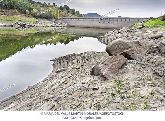 Drought at Pajarero reservoir. Sierra de Gredos. Avila. Spain