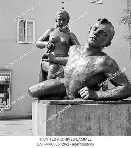 Eine Skulptur in Chemnitz, eine Frau und einen Mann darstellend, Deutschland 1930er Jahre. Sculpture showing a woman and a man at Chemnitz, Germany 1930s