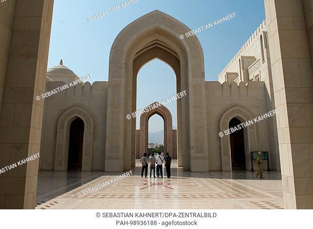 Tourists standing inside the Sultan Qaboos Grand Mosque in Muscat, Oman, on 01.10.2017. | usage worldwide. - Maskat/Maskat/Oman