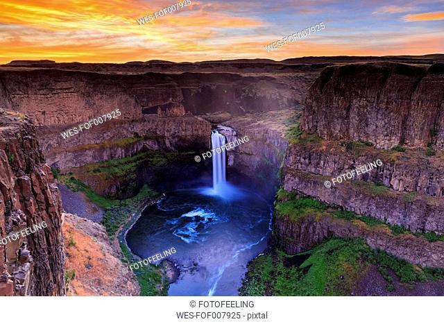USA, Washington State, Palouse, Palouse River, Palouse Falls in the evening