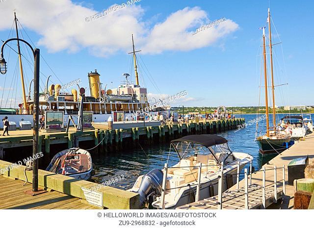 Boats moord kalong the Halifax waterfront boardwalk, Halifax, Nova Scotia, Canada