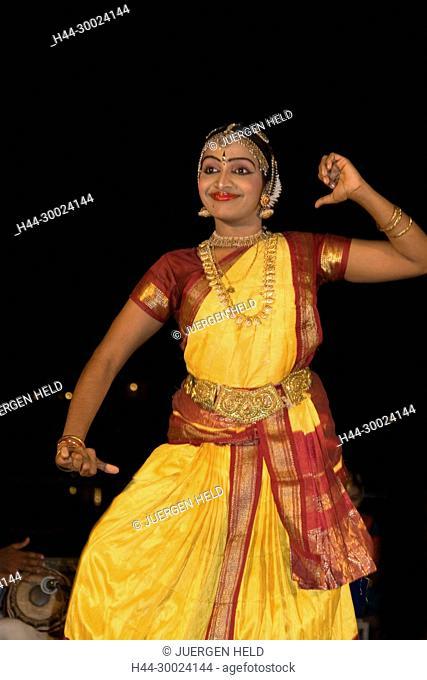 India Kerala Kumarakom backwaters Taj Garden Retreat Hotel dance performance