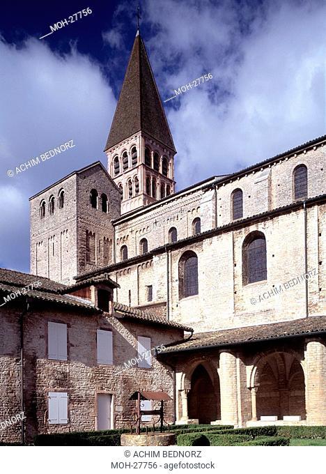 Tournus, ehemalige Klosterkirche St-Philibert/ Langhaus und Westtürme von Südosten, ab 1020