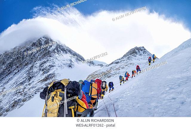 Nepal, Solo Khumbu, Everest, Sagamartha National Park, Roped team ascending, wearing oxigen masks