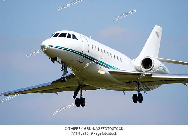 French business jet plane Dassault Aviation Falcon 2000 landing