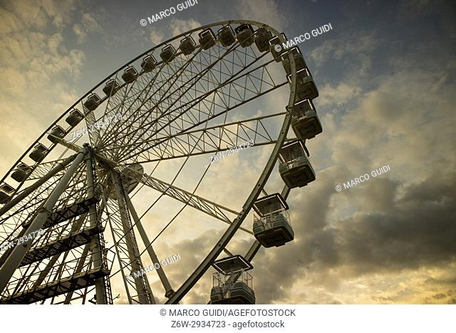 The great wheel photographed panning pours the end day in the city of Viareggio Italia
