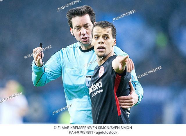 referee Manuel GRAEFE (Gr-fe, hi.) redet with Timothy CHANDLER (F), redend, Schiri, gesture, gesture, Fussball 1. Bundesliga, 16