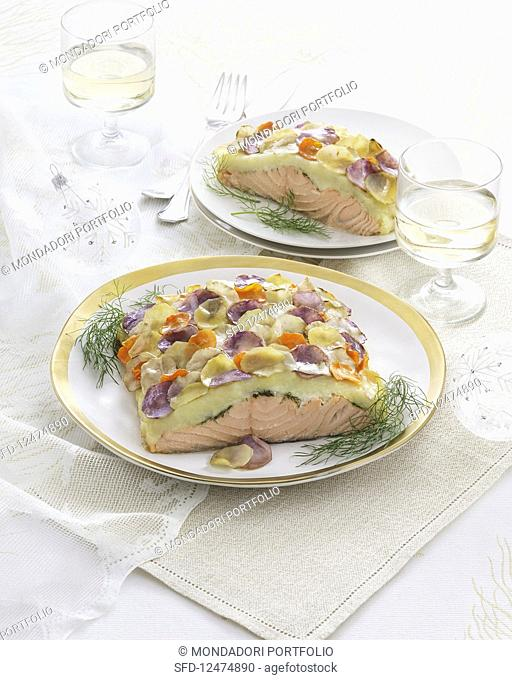 Salmon fillet with dill and a colourful potato topping