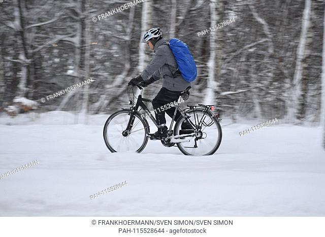 Snow chaos on the streets of Bavaria - probably the one who gets to his workplace by bicycle, like this cyclist who drives on a snow-covered