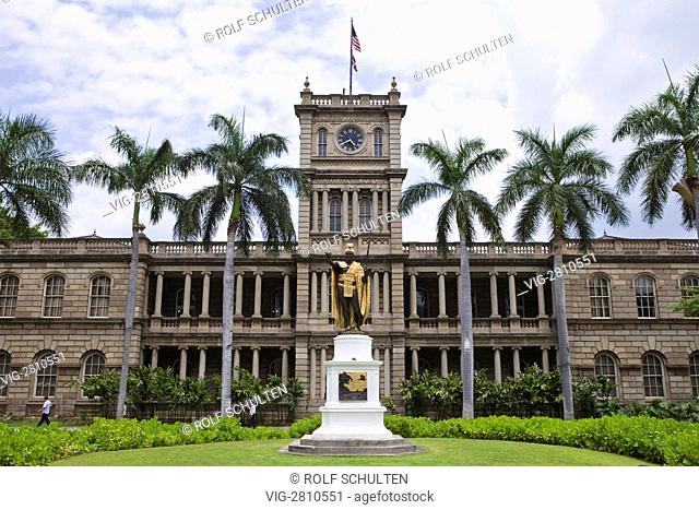 USA, UNITED STATES OF AMERICA, HONOLULU, 28.06.2010: Statue of Kamehameha I, the first Hawaiian king (1758-1819). Building of Supreme Court in the back