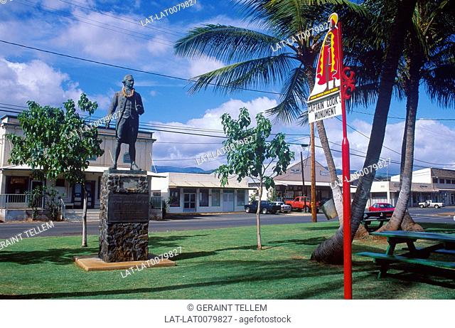 Waimea town. Captain Cook monument. Sign. Road. Buildings