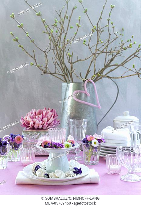 Table decorations, branches, glasses, dishes, blossoms, wedding étagère