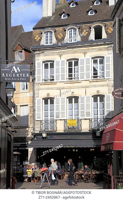 France, Bourgogne, Beaune, street scene, cafe, people,