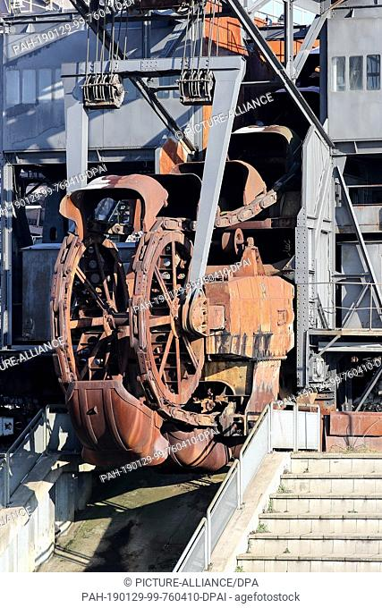 """22 January 2019, Saxony-Anhalt, Gräfenhainichen: Rust blooms on parts of the belt ejector (spreader) called """"""""Gemini"""""""" in """"""""Ferropolis"""""""", the city of iron"""