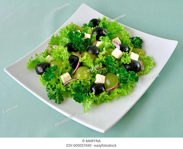 Salad of lettuce with cheese and grapes