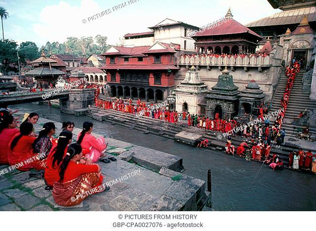 Nepal: Nepalese women celebrating the Teej Festival at Pashupatinath, Kathmandu