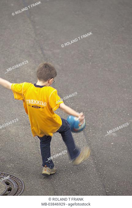 Give birth, ball, plays, street, back-opinion, from above, fuzziness, people, child, childhood, however outside, leisure time, leisure time-activity, summers