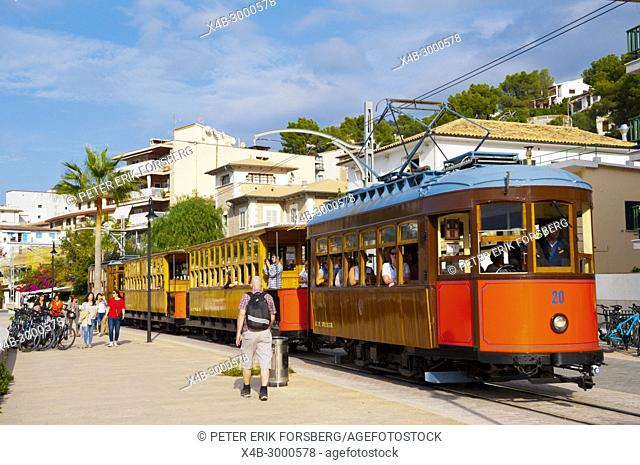 Ferrocarril de Soller, Tram between Soller and Port de Soller, Carrer de la Marina, seaside street, Port de Soller, Mallorca, Balearic islands, Spain