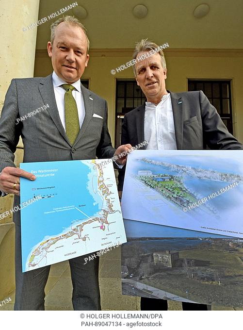 Lower Saxony's Minister for the Environment, Stefan Wenzel (Alliance 90/The Greens, r), and Wilhelmshaven Lord Mayor Andreas Wagner are presenting map materials