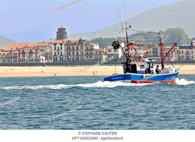 FISHING BOAT ENTERING THE PORT OF SAINT JEAN DE LUZ, PYRENEES ATLANTIQUES, 64, FRANCE, BASQUE COUNTRY, BASQUE COAST
