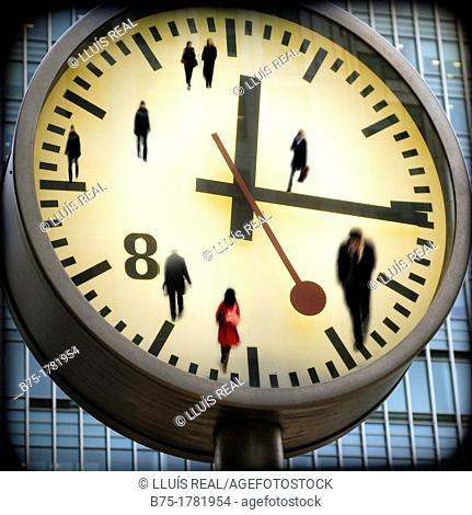 composicion digital, primer plano de la esfera de un reloj con personas y marcando la hora, Digital Composition, closeup of a clock sphere with people in time
